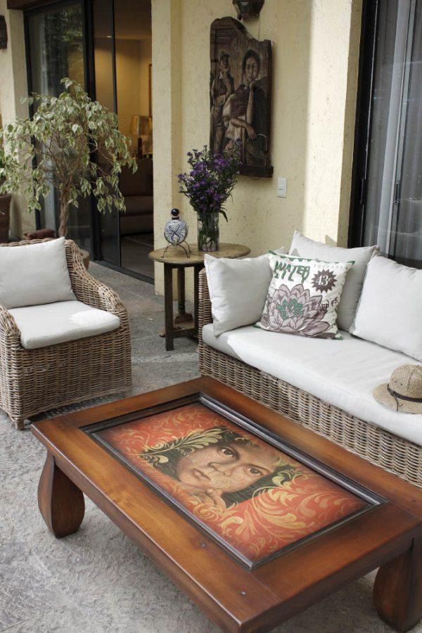 Sala exterior con mesa de centro